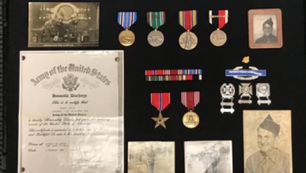 Aguilar představuje medaile rodině veteránů z druhé světové války